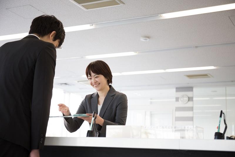 【就活の面接マナー】正しい受付のマナー、やり方
