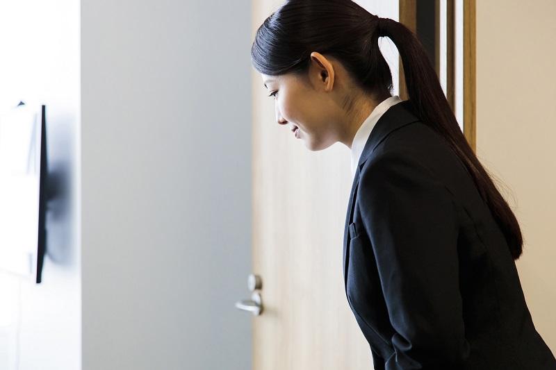 【就活の面接マナー】正しい退室のマナー、やり方
